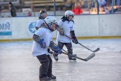 Barn med hockeypinnar som spelar hockey på festivalen royaltyfri fotografi