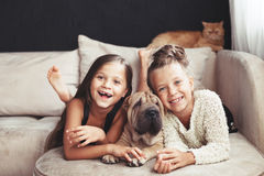 Barn med husdjuret royaltyfri bild