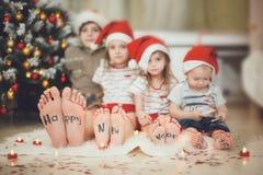 Barn med inskriften på hälet Arkivbild