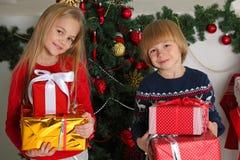 Barn med julgåvor arkivfoto