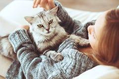 Barn med katten Fotografering för Bildbyråer