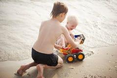 Barn med leksaken nära havet Royaltyfria Bilder