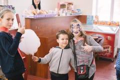 Barn med målade framsidor på öppningen av en mars 23, 2018 för mitt för barn` s i Cherkassy, Ukraina Royaltyfri Bild