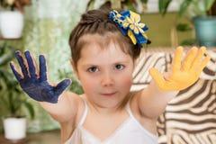 Barn med målade utsträckta händer royaltyfria bilder