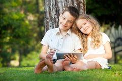 Barn med minnestavladatoren Fotografering för Bildbyråer