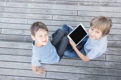Barn med minnestavladatorer utomhus Top beskådar Royaltyfri Bild