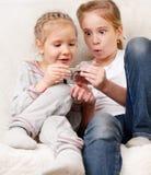 Barn med mobil ringer Royaltyfri Fotografi