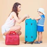 Barn med modern som är klar att resa till Europa, Milan arkivbilder