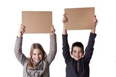Barn med papptecken Royaltyfri Bild