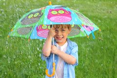 Barn med paraplyet i regnet Royaltyfri Bild