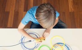 Barn med pennan för printing 3D Arkivfoto