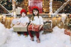 Barn med presents royaltyfri bild