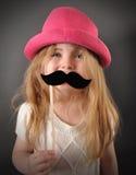 Barn med rolig mustaschförklädnad Arkivbild