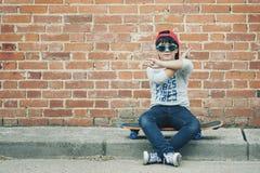 Barn med skateboarden i gatan royaltyfri fotografi