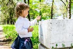 Barn med smutsig handkrita Royaltyfria Foton