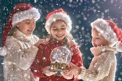 Barn med snöjordklotet royaltyfri foto
