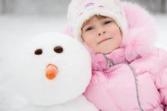 Barn med snowmanen Royaltyfria Bilder