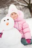 Barn med snowmanen Royaltyfri Fotografi