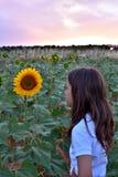 Barn med solrosen arkivfoton