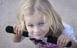 Barn med sparkcykeln arkivbild