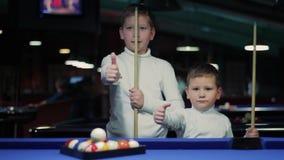 Barn med stickrepliker Pojkar som förbereder sig att spela snooker isolerad tum för bakgrund black upp stock video