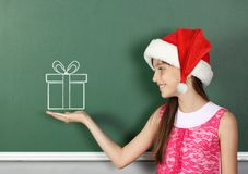 Barn med svart tavla för skola för ask för gåva för santa hatt den håll drog near Royaltyfri Fotografi