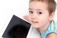 Barn med tableten Arkivbild