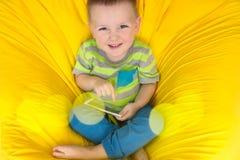 Barn med telefonen i händer Fotografering för Bildbyråer