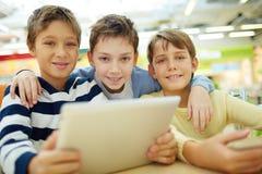 Barn med touchpaden Arkivbild