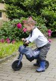 Barn med toycykeln Royaltyfria Bilder