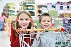 Barn med vagnsshopping Royaltyfria Foton