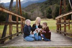 Barn med valpen Arkivbild