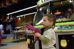 Barn med vapnet Royaltyfria Bilder