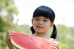 Barn med vattenmelon Royaltyfri Foto