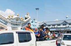 Barn med vattenvapnet i den Kran för sång för vattenfestivaldag dagen Arkivbild