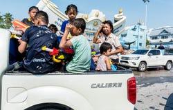 Barn med vattenvapnet i den Kran för sång för vattenfestivaldag dagen Royaltyfri Bild
