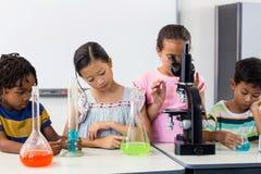 Barn med vetenskaplig utrustning arkivbilder