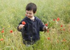Barn med wild blommor Arkivbild