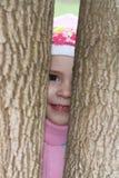 Barn mellan treesna i höst Arkivbild