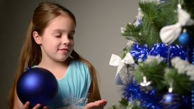 Barn nära den vita julgranen stock video