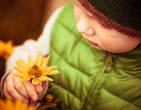 Barn och blomma Fotografering för Bildbyråer