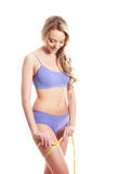 Barn och blond kvinna för fit som mäter henne höft Arkivbilder