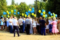 Barn och deras föräldrar med ballonger på ferien Arkivfoto
