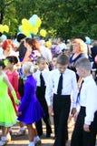 Barn och deras föräldrar med ballonger på ferien Arkivbild