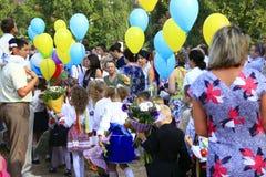 Barn och deras föräldrar med ballonger på ferien Royaltyfri Fotografi