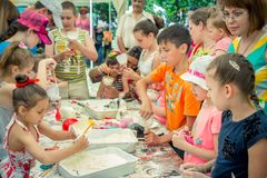 Barn och deras föräldrar som deltar på seminariet för anti--spänning leksakskapelse royaltyfri foto