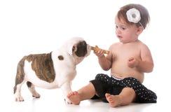 Barn och en valp Arkivbilder