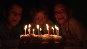 Barn och födelsedagkaka stock video