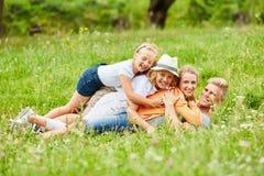 Barn och förälderkram lyckligt fotografering för bildbyråer