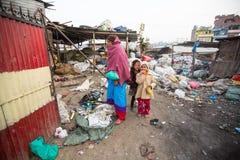 Barn och föräldrar arbetar på förrådsplats I Nepal dö årligen 50.000 barn, i 60% av fall - undernäring Royaltyfri Bild